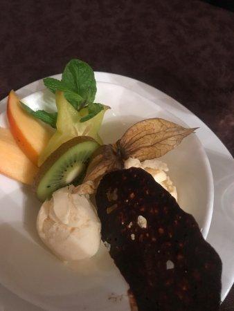 Onzain, Frankrijk: Desert of Vanilla Ice Cream and exotic fruit with chocolate crisp