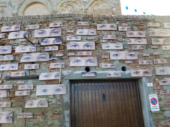 Peccioli, Italia: Captivating Artwork showing hundreds of paira of eyes