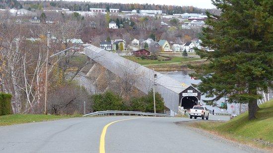 Hartland, كندا: Approach to the bridge