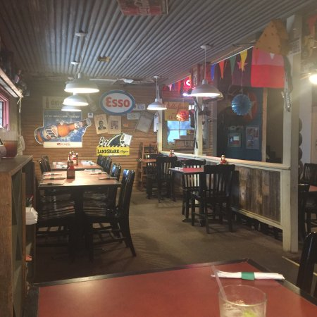 Raymondville, TX: Great rustic atmosphere.Love the wall memorabilia from  former patrons .Great country feel.
