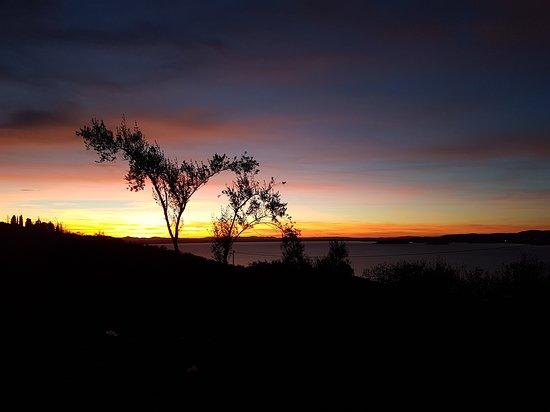 Monte del Lago, Italie : Tramonti d'ottobre al Trasimeno visti dal b&b Isole e Tramonti.