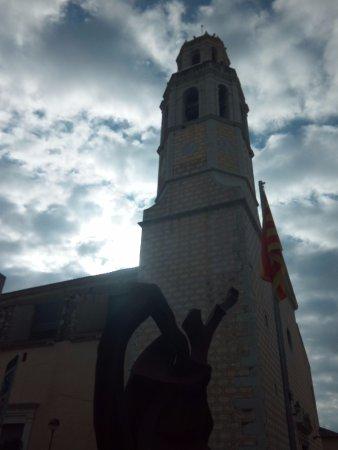 Cubelles, España: Estatua en la plaza de la iglesia: