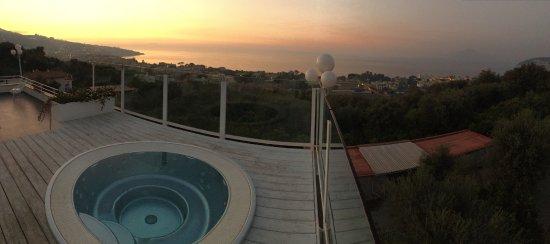Villa Oriana Relais: Jacuzzi auf dem Dach mit wunderschöner Aussicht auf dem Golf von Neapel