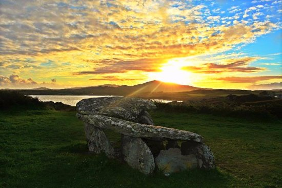 Schull, Irlande : Sunset on The Altar Wedge Tomb