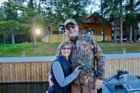 Sioux Narrows, Canadá: In front of the biggest unit. Sleeps 15. We've been in all sizes.