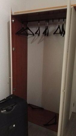 Siorac-en-Perigord, France: armoire avec étagères sur le dessus