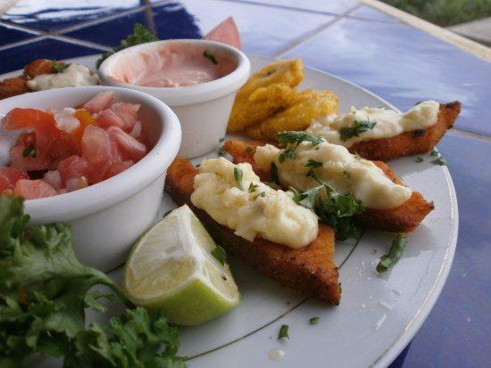 San Jorge, Nicaragua: Una de nuestras especialidades con SALMÓN: deditos á la plancha con queso crema y salsa al ajill