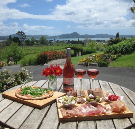 Whitianga, Nueva Zelanda: Restaurant table with the view!