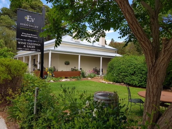 Angaston, Australia: Taste Eden Valley stone cottage view from the garden