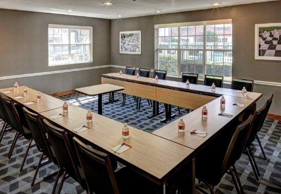 Irving, TX : Las Colinas Meeting Room – U-Shape Setup