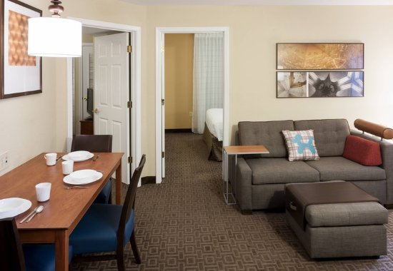 Irving, تكساس: Two-Bedroom Suite - Living Area
