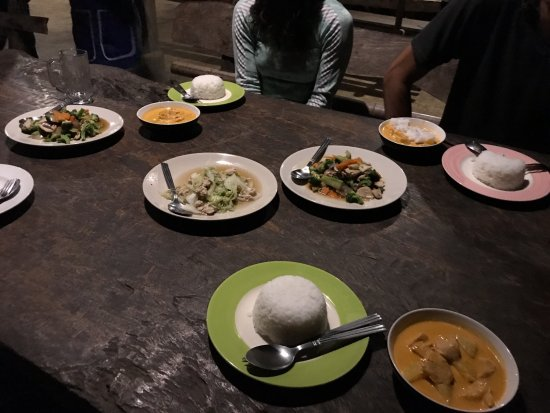 Bamboo Nest de Chiang Rai: Curry, rice, and vegetable and meat stir frys. All delicious!