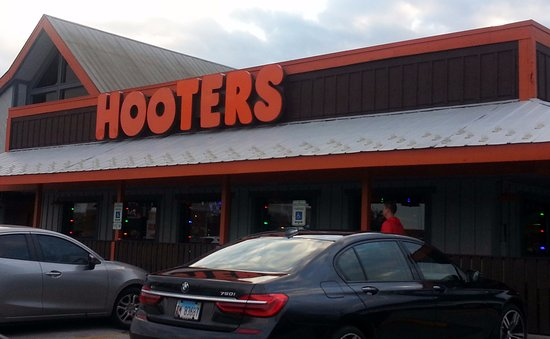 Hooters - Orland Park: entrance to Hooters