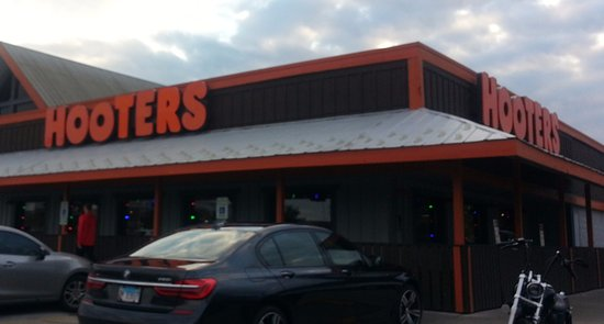 Hooters - Orland Park: front of & entrance to Hooters