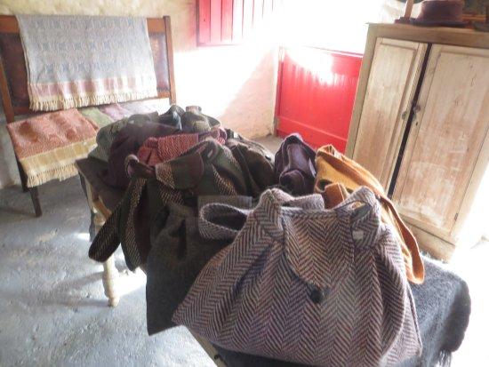 Dunkineely, ไอร์แลนด์: Cyndi's lovely Tweed hand bags