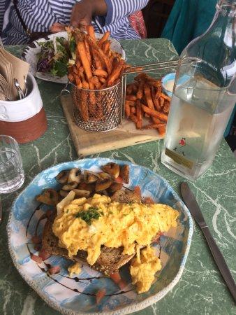 Devonport, Yeni Zelanda: Kumara fries (frites de patate douce) au dessus & veggie eggs (oeufs végétariens) en dessous !