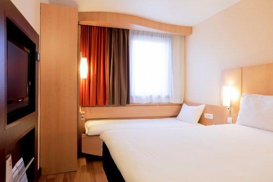 Chambre standard avec un lit double et un lit simple for Chambre 8m2 lit double