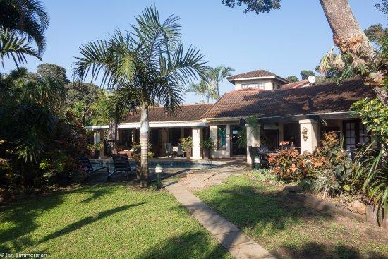 Zeranka Lodge: goed onderhouden tuin met zwembad, ligbedden en de tuinkamers