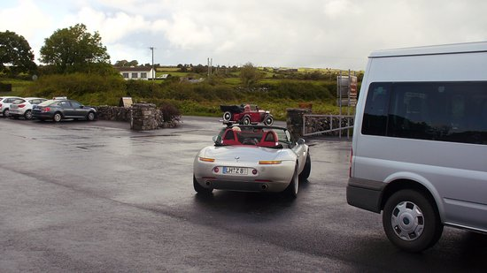 Caherconnell, Ierland: Różne auta na parkingu.