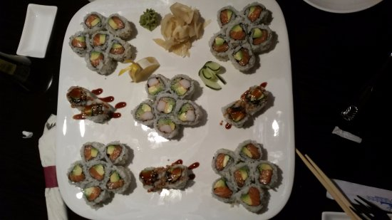 Vernon, Коннектикут: We ordered few 'simple' rolls - and got this amazing plate (tastes great too!)