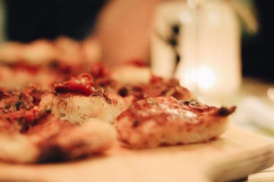 Viver Vino Veritas: La nostra pizza casereccia, buona come quella di una volta.