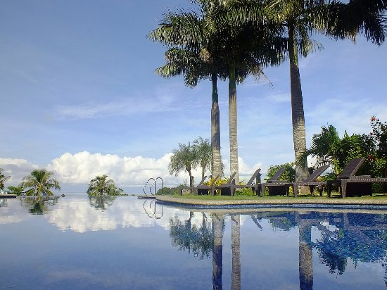 Hotel Soffia Boracay: Swimming Pool, blue skies and an awesome view.