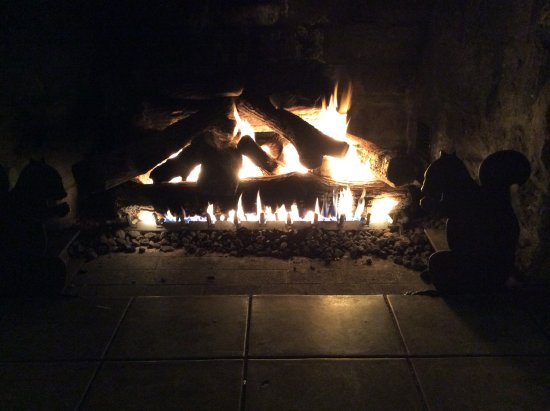 Crater Lake Lodge: Fireplace in the great room