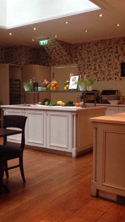 Clarion Collection Hotel Bastion: Frühstücksraum und Pfannkuchenservice am Nachmittag 👍