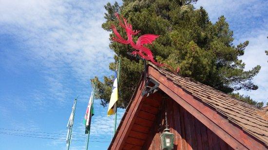 Hosteria Casa de Piedra : Oficina de turismo en la plaza principal de Trevelin. Detalle de las banderas y dragón galés.