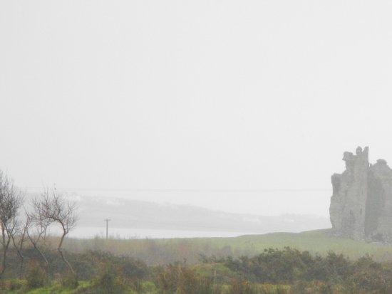 Cahersiveen, Irland: Dominates the scenery