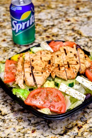 ‪‪Melrose Park‬, إلينوي: Greek Salad with Chicken, served with a Pita.  Optional soft drink shown‬