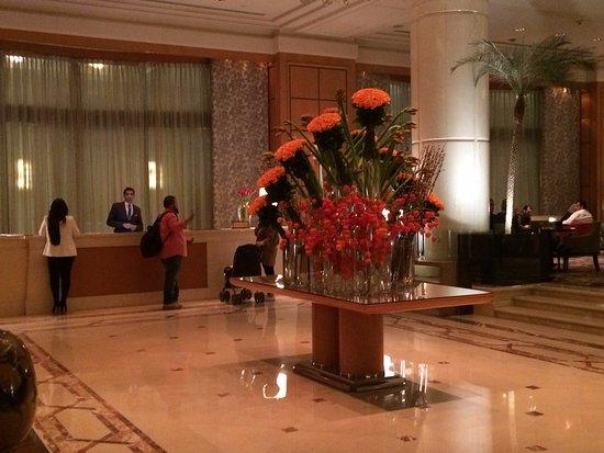 Four Seasons Hotel Cairo at Nile Plaza: Lobby View 1