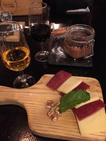 The Wine Box - Vinhos & Tapas: Formaggio con marmellata e noci, mousse di cioccolato e vino Porto