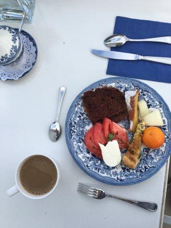 Villa Oriana Relais: Cake and fresh lemonade upon arrival, delicious birthday cake, and breakfast.