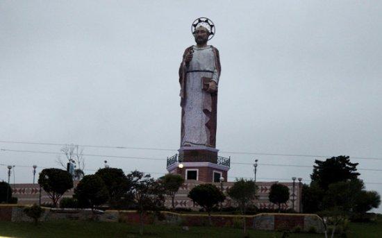 Alausi, Ecuador: Mirador e statua