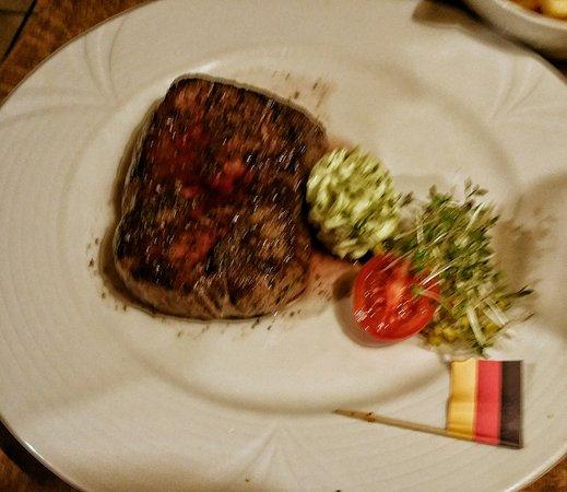 Hösbach, Deutschland: Rindersteak mit Salat