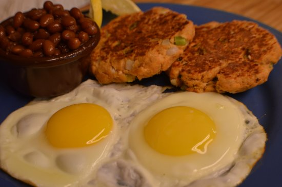 Kingston, Массачусетс: Fresh Salmon Cakes and Eggs