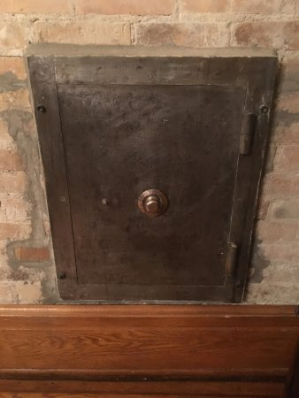 Hankinson, Dakota del Norte: The home was built by Col. William Hankson. His safe is in what is used as a dining room.