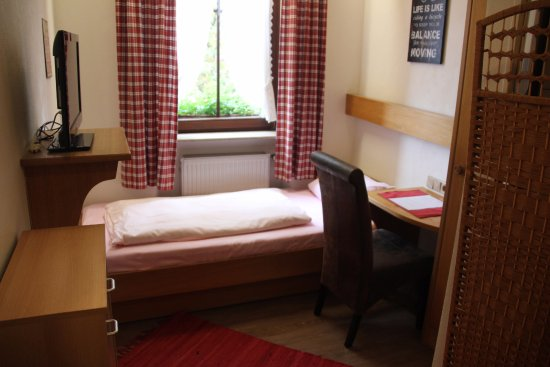 Bayerischer Hof - Solo room with pink sheets