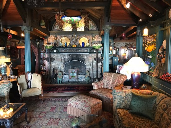 Lands End Inn: Awesome lounge with very cool Ulla Darni moonscape light-shade and fireplace