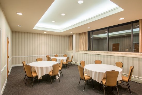Crowne Plaza Pittsfield-Berkshires Meeting Room