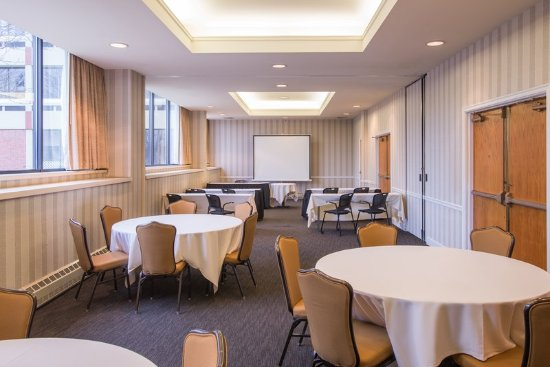 Crowne Plaza Pittsfield-Berkshires Conference Room