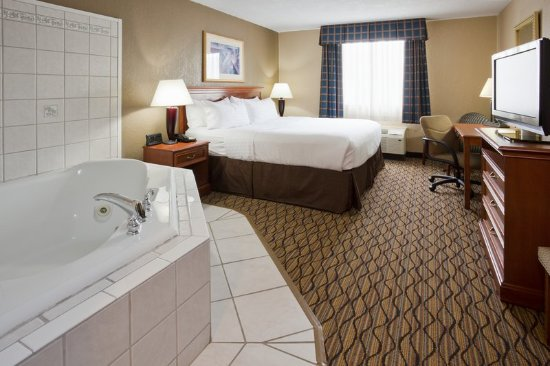 Alexandria, MN: Spacious king room with private whirlpool tub.