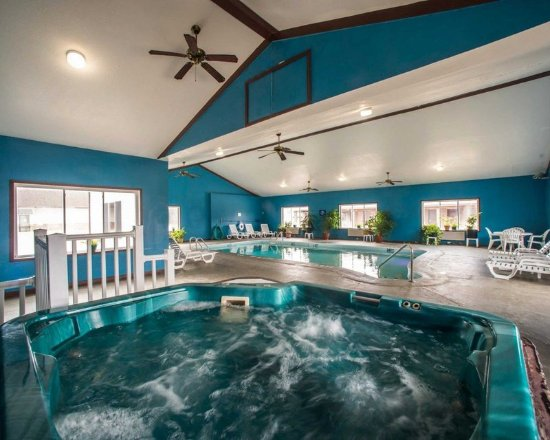 Greenville, IL: Indoor pool with hot tub