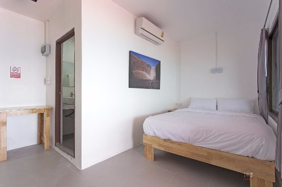 Cafe 2401 And Guesthouse: Deluxe Double Room   Bed And Study Table