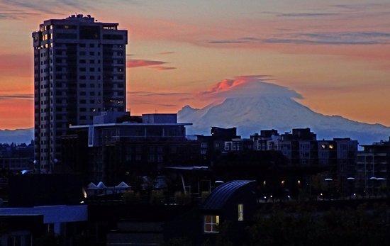 Mediterranean Inn: Mt Rainier at sunrise with telephoto lens