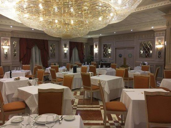 Grand Hotel Vanvitelli: parte della sala