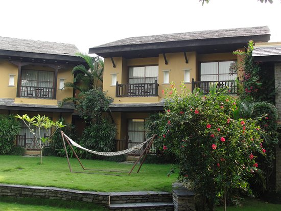 Temple Tree Resort & Spa: Espace entre deux bâtiments avec un hamac