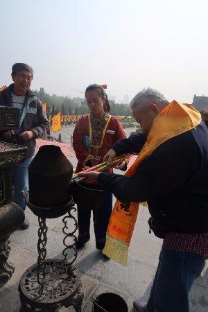 Hongdong County, China: Pay money to pray to ancestors