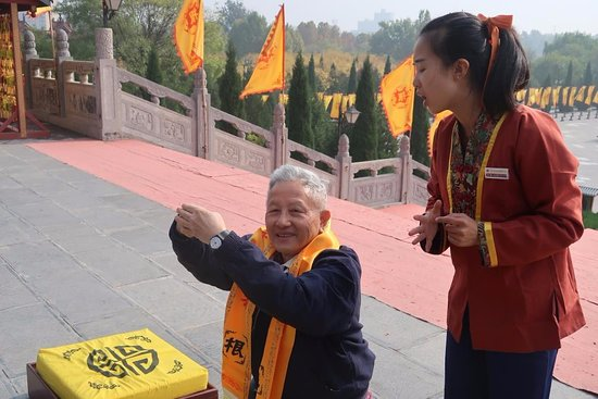 Hongdong County, Chiny: Guide giving guidance to pray